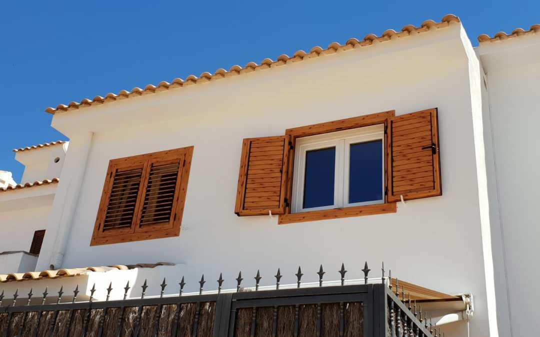 Instalación de Ventanas de PVC y mallorquinas de aluminio color madera
