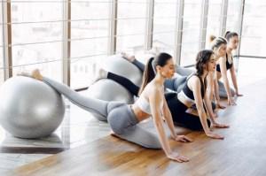 Grupo de mulheres realizando aula de pilates com bola