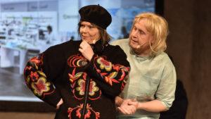 Närgången rådgivning ges på Apoteket i Älvsbyn, här syns Anneli Lundberg och Erik Ellingsson. FOTO: STERLING NILSSON