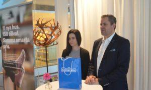 Jennifer Johansson, marknadsansvarig, och Kent Johansson, VD, presenterade de nya energisnåla husmodellerna.