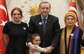 ليندساي لوهان تلتقي أردوغان والطفلة السورية بانة العابد