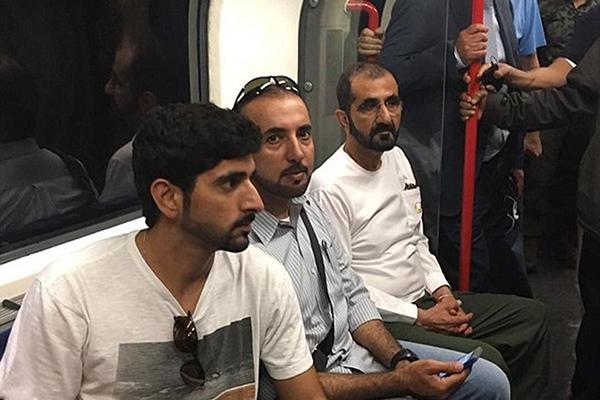 محمد بن راشد يتنقل بالمترو في لندن وسط الطبقة العاملة