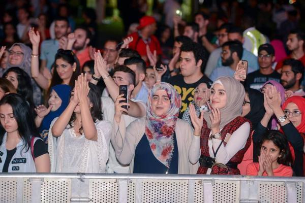 9898 - بالصور.. محمد عساف يشعل أجواء الجامعة الأمريكية بحضور الآلاف