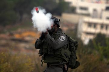 الخليل.. مواجهات عقب اعتداء الاحتلال على طلبة مدرسة بقنابل الغاز