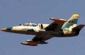 صواريخ تستهدف أبرز مطار في ليبيا وتصيب طائرة قبيل إقلاعها