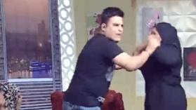 بالفيديو.. ممثلة تضرب مذيع على الهواء وسط ذهول الحاضرين