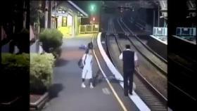 بالفيديو.. سقوط مروع لامرأة تحت عجلات قطار