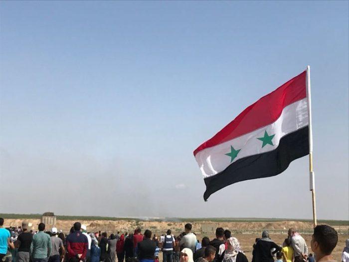 العلم السوري على الحدود الشرقية لقطاع غزة ضمن مسيرات العودة الكبرى