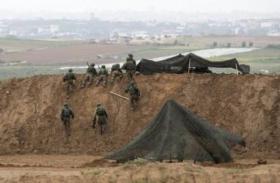 شبان يخترقون السياج ويحرقون موقعا لقناصة الاحتلال شرقي المغازي