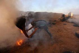 طائرات الاحتلال تلقي مواد حارقة وغازات فوق الخيام على حدود غزة