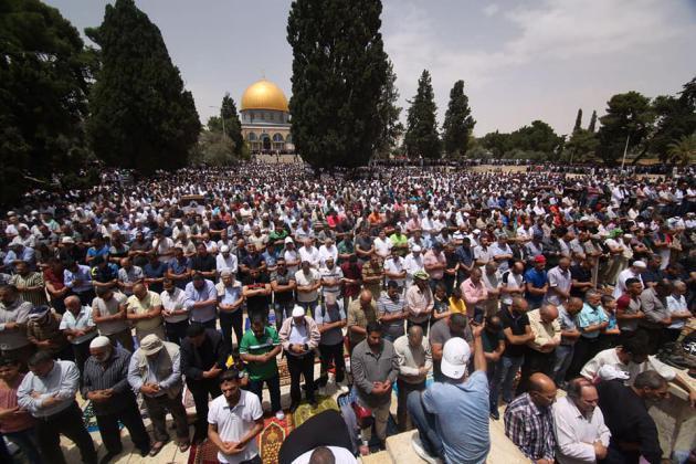 989898 4 - 200 ألف أدوا صلاة الجمعة في المسجد الأقصى (صور)