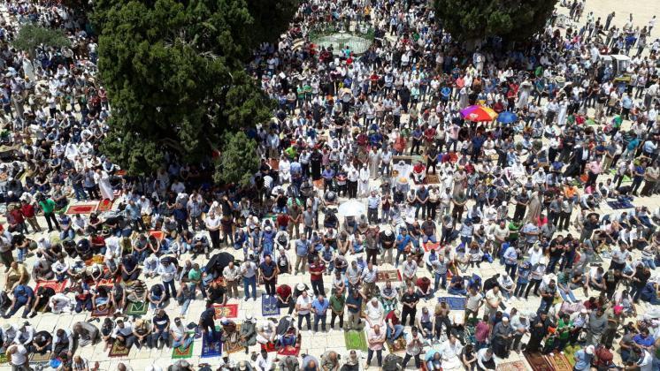 989898 7 - 200 ألف أدوا صلاة الجمعة في المسجد الأقصى (صور)