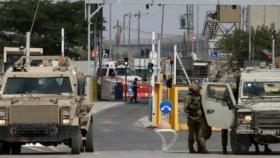 الخليل.. الاحتلال يجبر المواطنين على خلع ملابسهم للدخول لمنازلهم