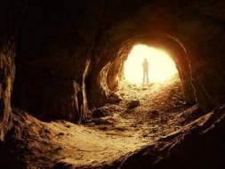 كيف نجا الثلاثة الذين حجزتهم الصخرة في الغار؟.. تعرف على قصتهم