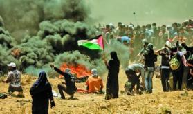 الاف الفلسطينيين يتظاهرون أمام معبر بيت حانون وإصابات برصاص الاحتلال