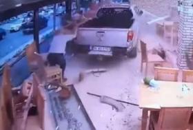 لحظات مرعبة.. شاحنة تقتحم مطعمًا مليئًا بالناس وتحطمه بالكامل !