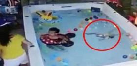 طفلة تغرق في المسبح على مرأى من أمها.. والأخيرة مشغولة بالهاتف