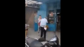 بالفيديو.. شاب عربي يصفع شرطياً ويقتلع شارته في الشارع !