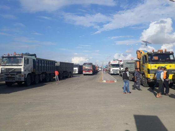 """شركات النقل تعلق العمل بمعبر """"كرم أبو سالم"""" التجاري (صور)"""