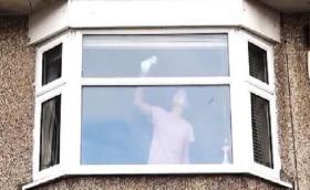 بالفيديو.. تحذير للشرطة: إذا شاهدتم هذه المرأة في النافذة راقبوها جيدًا