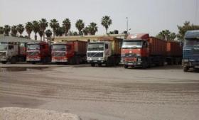 """""""شركات النقل"""" تعلق عملها بمعبر كرم أبو سالم لفرض السلطة رسومًا جديدة (صور)"""
