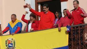 """أزمة فنزويلا.. دول مع مادورو وأخرى تعترف بـ """"الرئيس الجديد"""""""