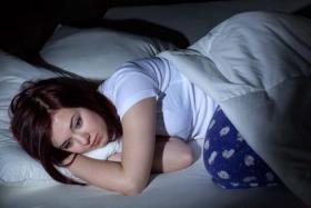 """عفاف تطلب الطلاق: """"زوجي يرمي علي المياه الباردة ليلاً ثم يقول انها مزحة""""!"""