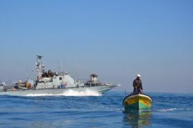 زوارق الاحتلال تهاجم مراكب الصيادين في بحر رفح