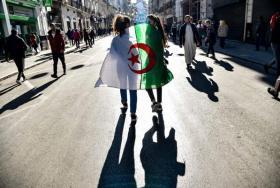 """بمطلب رحيل """"الباءات الثلاث"""".. الجزائريون ينزلون إلى الشارع للجمعة السابعة على التوالي"""