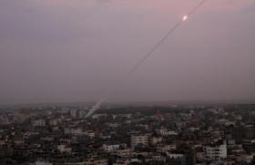 موقع عبري: حماس تختبر صواريخ جديدة ببحر غزة و بمسافات مختلفة