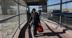 الاحتلال يعتقل مرافق مريضة من خانيونس على حاجز بيت حانون