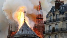 باريس.. حريق هائل بكاتدرائية نوتردام وانهيار البرج التاريخي
