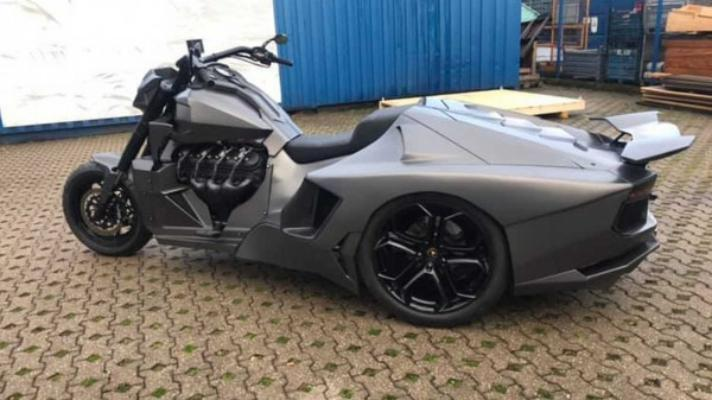 قمة الجنون في دراجة نارية بخلفية لامبورجيني افنتادور (صور)