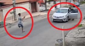 """مشهد غريب.. بـ""""ساق واحدة """" يسرق سيارة تحت تهديد السلاح"""