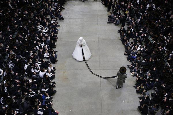 """شاهد طقوس الزواج لدى اليهود """"الحريديم"""""""