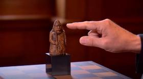 """اشتراها بـ6 دولارات وعندما عرضت للبيع سعرها وصل 1.3 مليون دولار.. حكاية """"المحظوظ"""" بقطعة شطرنج نادرة"""