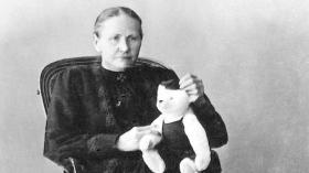 تعرف على السيدة التي حرمها المرض من طفولتها فأسعدت أطفال العالم