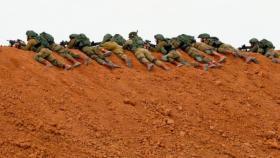 الإعلام العبري: إطلاق النار على فلسطيني بعد إلقائه قنبلة على قوة إسرائيلية على الحدود