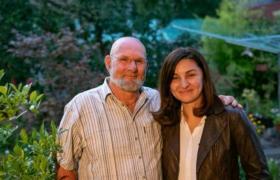 """بحثت عنه 24 عاماً ونجحت بمحاولتها الأخيرة.. فتاة لاجئة تلتقي رجلاً قدم لها هدية """"سخية"""" في طفولتها"""