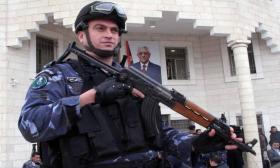 نابلس- الشرطة تقبض على مطلوب فار من العدالة بتهمة القتل