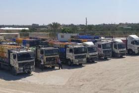 غبن: إدخال عشرات الشاحنات المحملة بالبضائع والمواد الغذائية إلى غزة