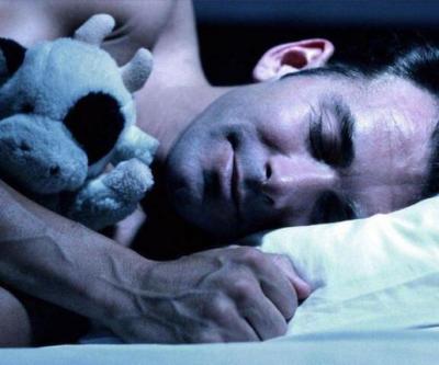 شاهد فيديو مخيف.. ضيف مرعب يقترب من رجل نائم