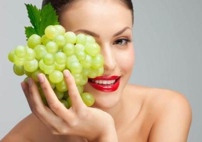 العنب الاخضر لإزالة تجاعيد العينين