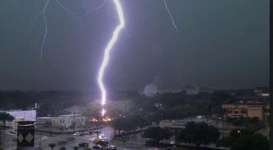 طقس اليوم: استمرار تأثر البلاد بالمنخفض الجوي وتتساقط الأمطار مصحوبة بعواصف رعدية