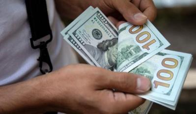 بعد سلسلة خسائر.. الدولار اليوم يرتفع أخيرًا