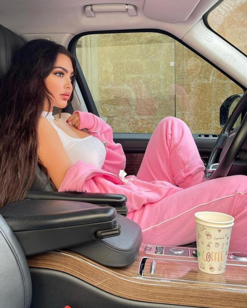الفنانة اللبنانية قمر داخل سيارتها