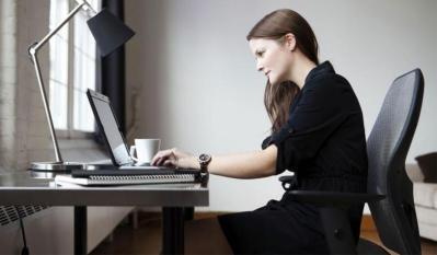 لو كنت تعمل على المكتب؟.. أعرف كيف تتجنب متاعب الظهر والكتف والعنق