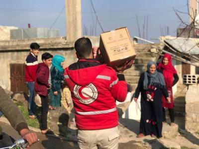 الهلال والصليب الأحمر يقدمون المساعدات الإنسانية للأسر المتعففة