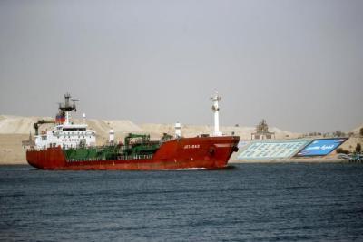 """بلومبيرغ: تكلفة النقل البحري زادت عدة مرات بسبب حادثة """"قناة السويس"""""""