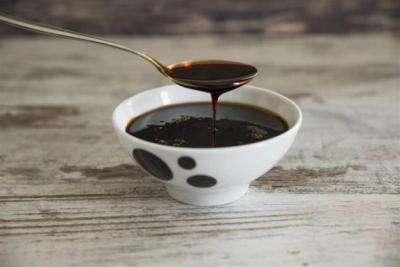 العسل الأسود.. 20 فائدة تحصل عليها من ملعقة واحدة